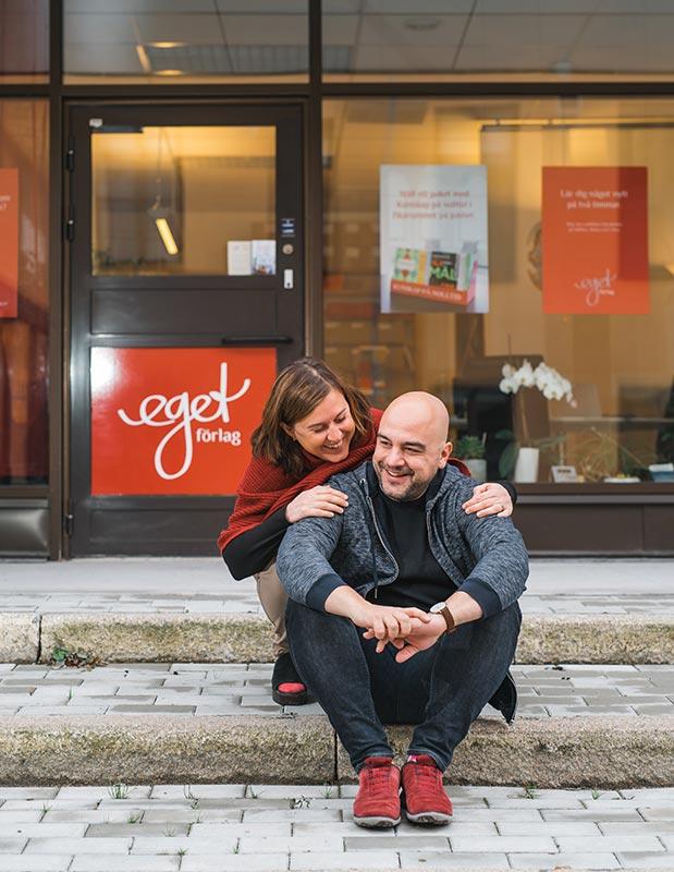 Helene och Joakim utanför bokförlaget Eget Förlag. Kollegor och även ett gift par