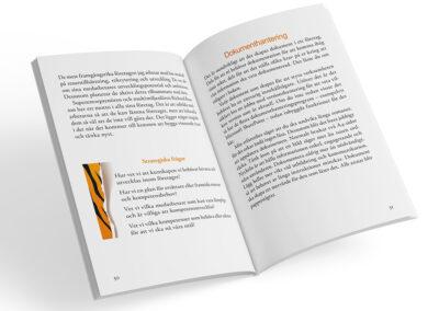 Uppslag från boken Jakten på papperstigern