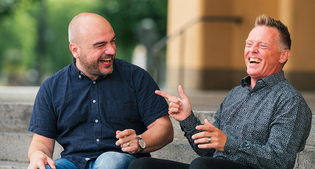Författarna Magnus Bergman och Joakim Hedström, har skrivit boken Prata så någon bryr sig